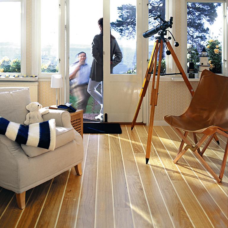 Палубная доска в интерьере квартиры фото